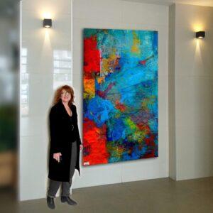 דורית פריצקי לפני הציור הצבעוני בלובי