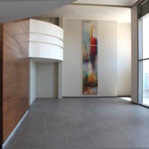 הציור השתקפות בשלושה חלקים מותקן על הקיר בלובי