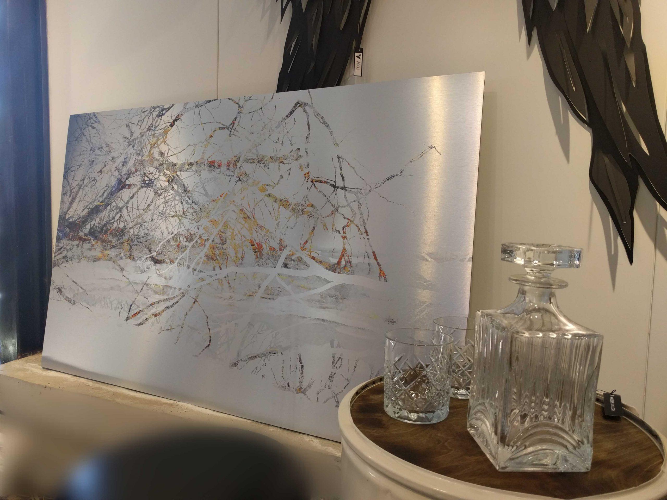 הציור עצים במים מודפס על אלומניום כסוף, למראה יוקרתי ומרשים