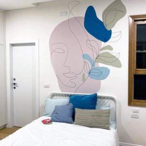 ציור קיר פני אשה בחדר שינה של נערה