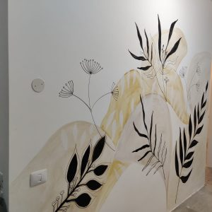 ציור קיר גדול של עלים גרפיים בשחור