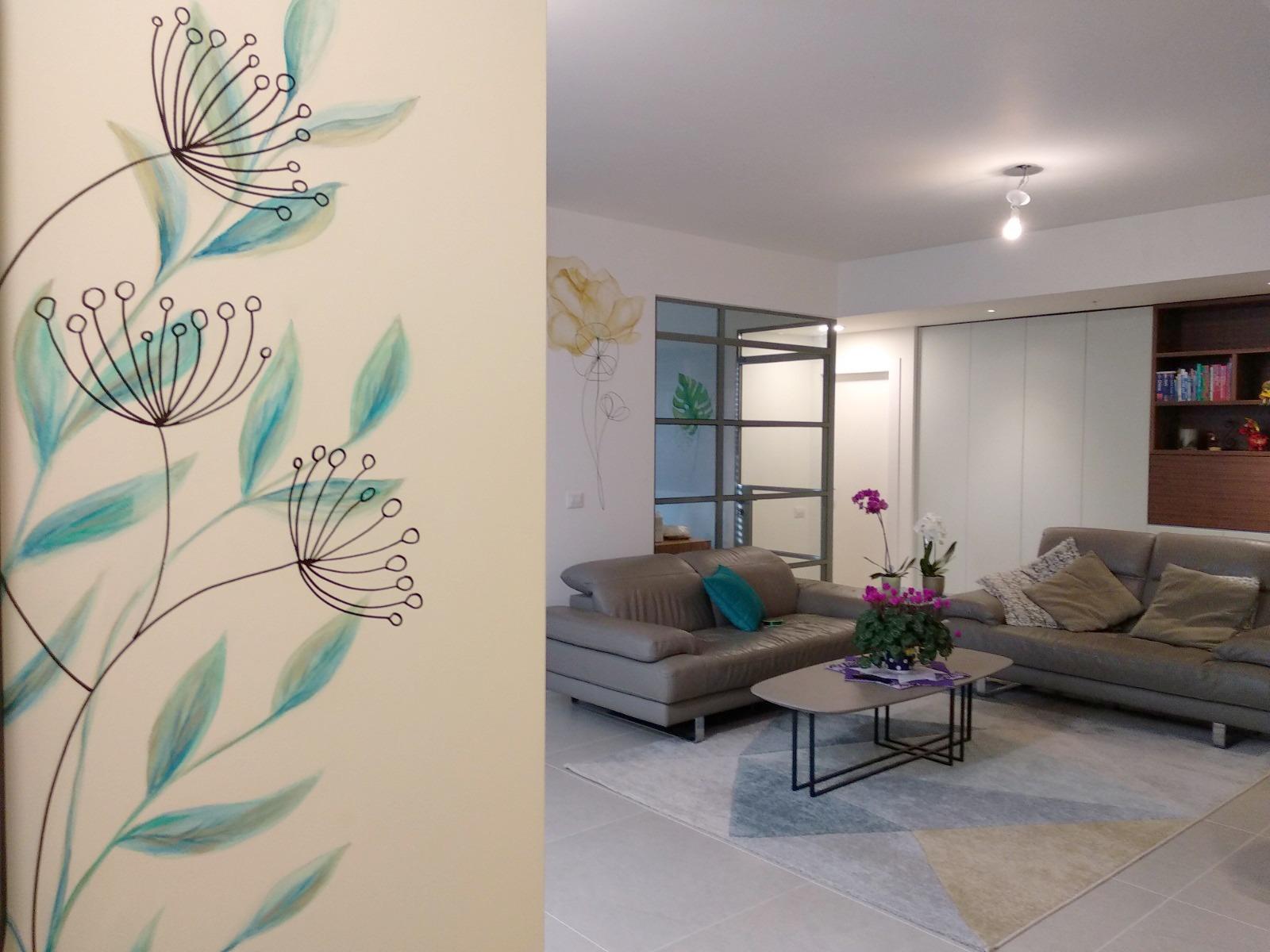 ציור קיר בכניסה לבית ובסלון