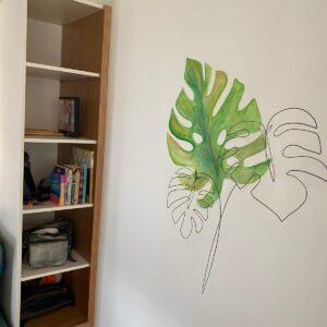 ציור קיר בחדר ,של עלה בקו שחור וצבעי מים