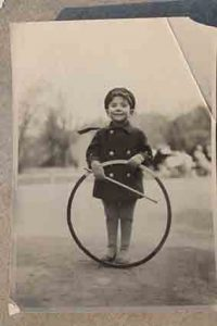 תמונה ישנה של ילד משחק בגלגל