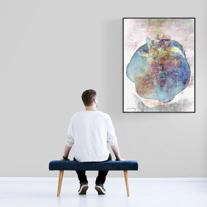 אדם בגלריה מסתכל על ציור