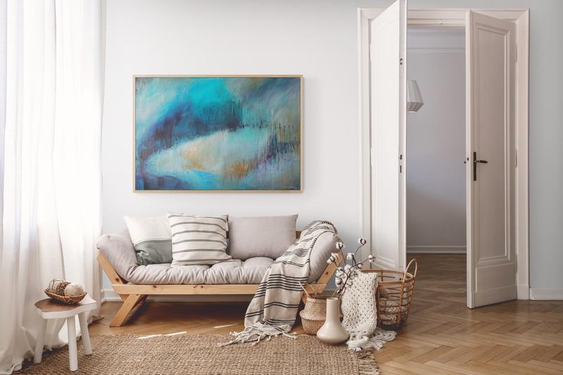 תמונה כחולה מעל הספה בסלון