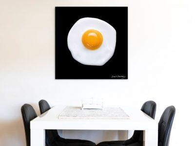 תמונה לפינת האוכל של ביצת עיין במבט על על רקע שחור