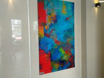 ציור צבעוני מורכב על גבי הקיר בלובי