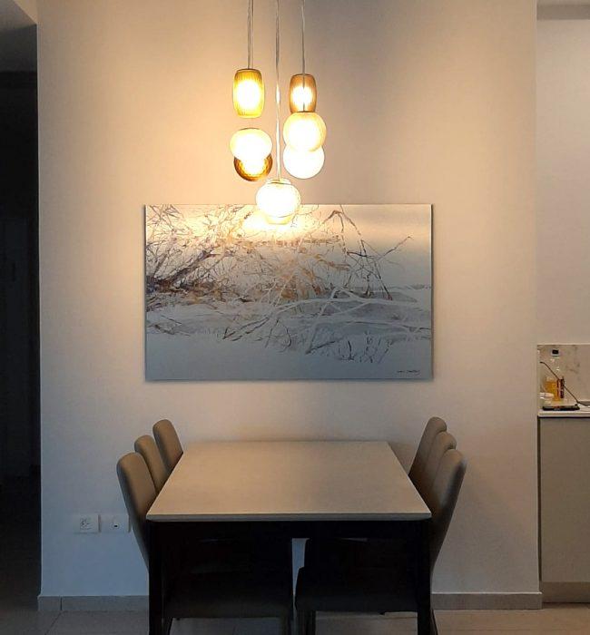 ציור מעל השולחן בפינת האוכל של עצים במים מודפס על לוקובונד כסוף